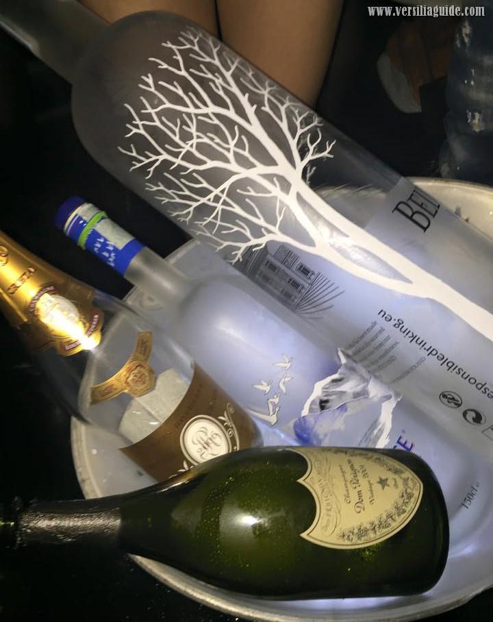 Tavolo e Bottiglie in Disco